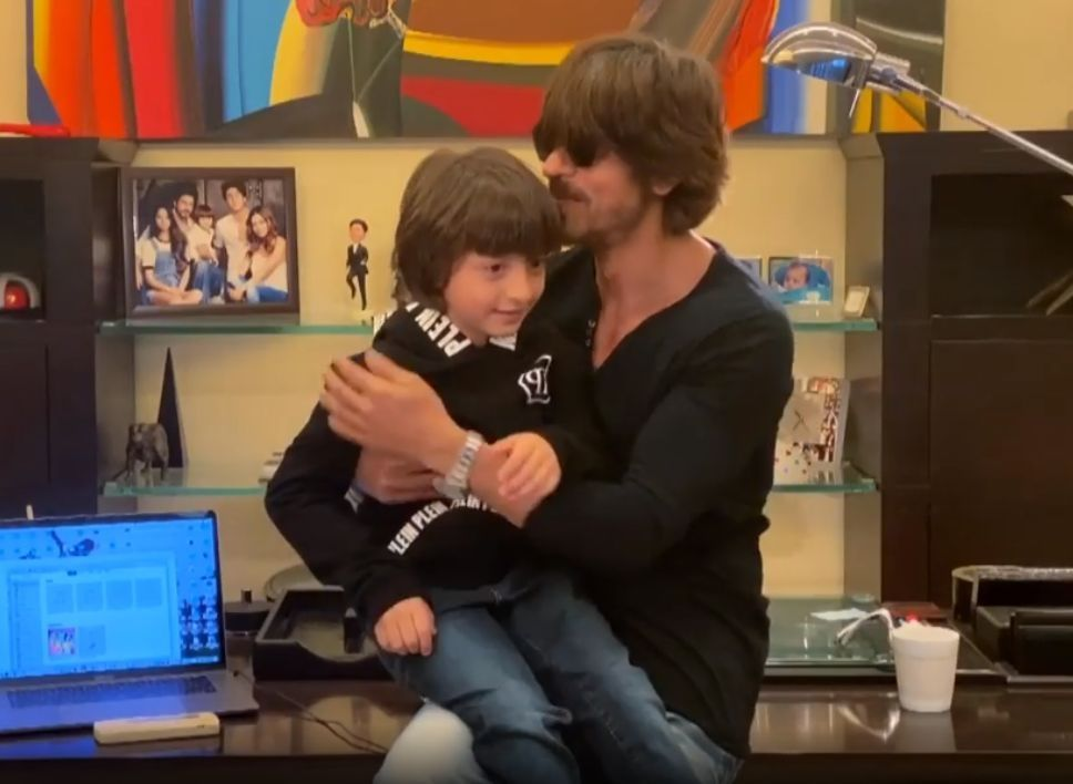 Photo of Shah Rukh Khan presents 'Sab Sahi Ho Jaayega' with son AbRam
